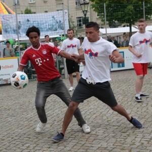 Gemeinsames Fußball spielen auf dem Willkommensfest für Flüchtlinge
